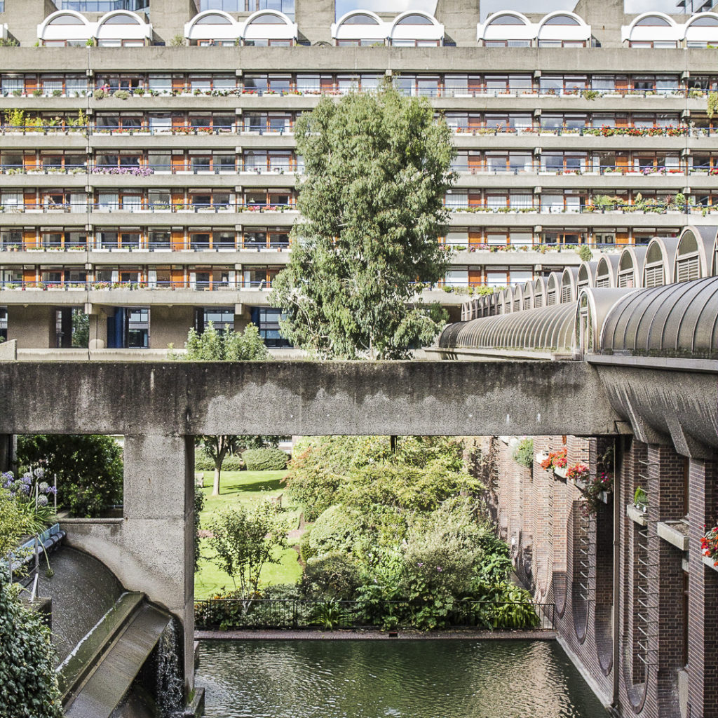 CRACKING THE CONCRETE Barbican Estate I Pond, Greenery, Terraced House I © HEARTBRUT / Karin Hunter Bürki