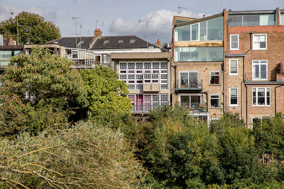 HOUSDEN HOUSE BY BRIAN HOUSDEN, VIEW FROM POND NO1, HAMPSTEAD HEATH, LONDON I ©HEARTBRUT / KARIN HUNTER BÜRKI I 2019