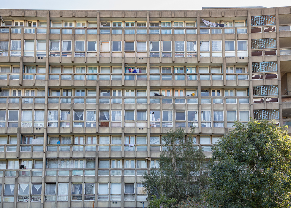 ROBIN HOOD GARDENS, LONDON, DESIGNED BY ALISON & PETER SMITHSON (EAST BLOCK, GARDEN VIEW) I © HEARTBRUT / KARIN HUNTER BÜRKI / 2019