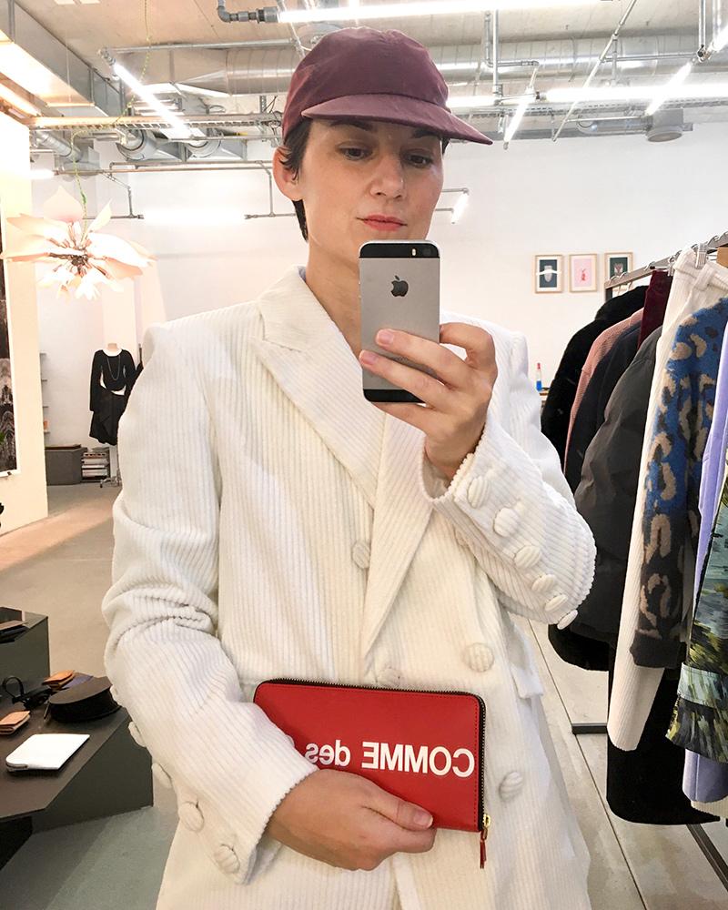 Karin Hunter Bürki wears Steinrohner soft double-breasted blazer in white corduroy, styled with Comme des Garçons wallet at Opia Concept Store I © Heartbrut / Karin Hunter Bürki